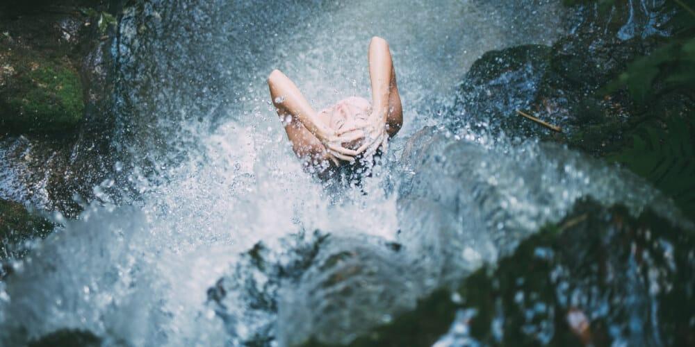 Trink mehr Wasser. Zur Not sogar unter der Dusche! – Konfuzius