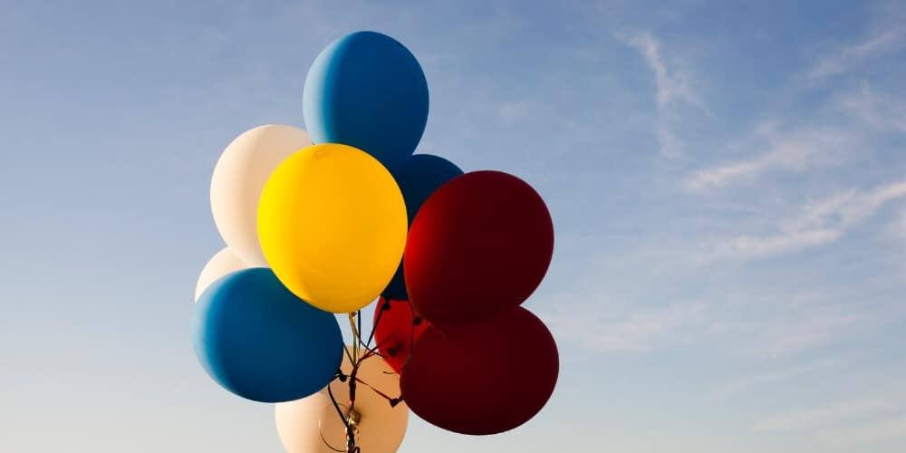 Bunte Ballons und Bibelsprüche
