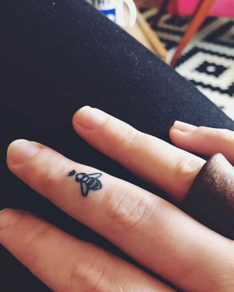 Bienen-Tattoo am Finger