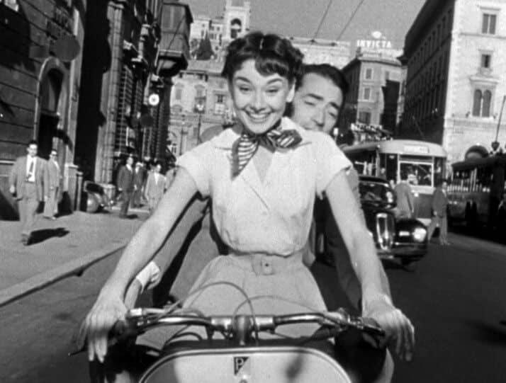Audrey Hepburn und Gregory Peck auf einer Vespa in dem Trailer von Roman Holiday.