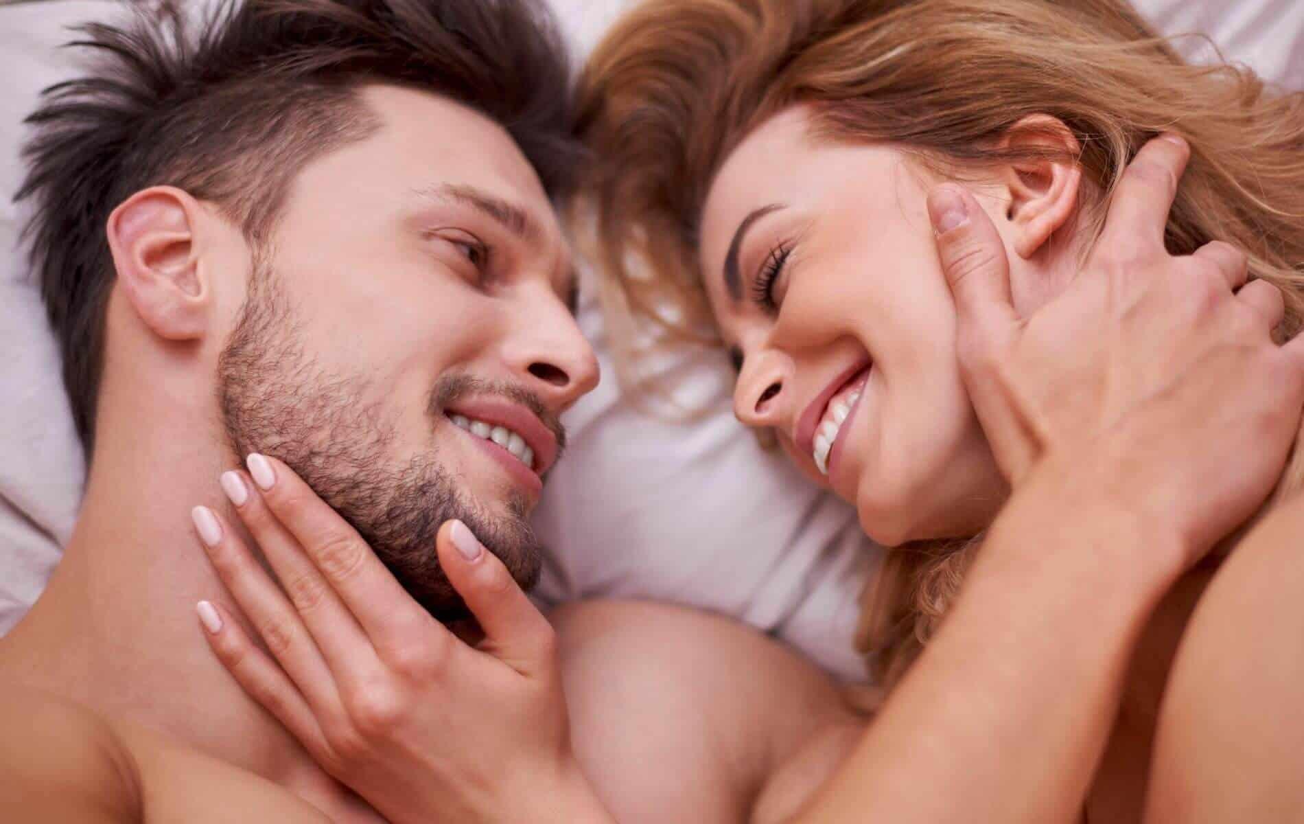 Richtig flirten: 10 Dating-Tipps für Frauen, die dich dem richtigen Kerl näher bringen