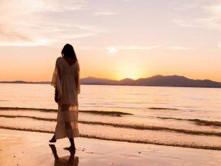 blogimage-frau-alleine-am-strand-sonnenuntergang