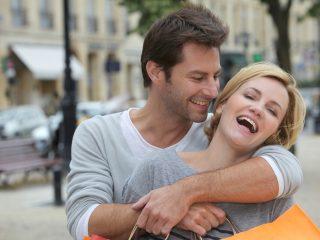 Ein glückliches Paar umarmt sich auf der Straße