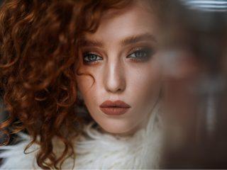 ein Porträt eines schönen emotionalen Mädchens