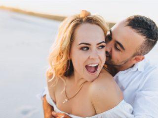 Ein verliebtes Paar umarmt sich draußen