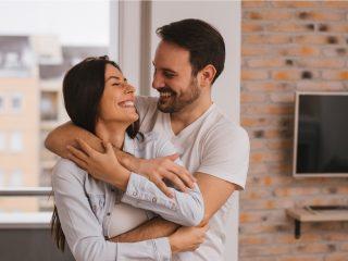 Schönes Paar, das sich umarmt und ansieht