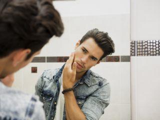 ernster Mann, der in den Spiegel schaut