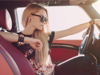 blonde Frau im Auto