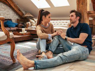 junges Paar redet im Wohnzimmer