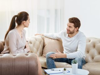 Paar streitet sich zu Hause