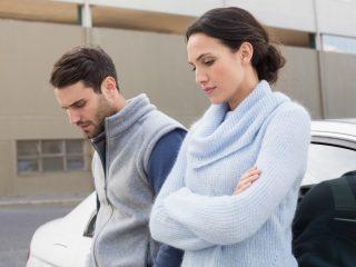 Seriöses Paar, das auf der Straße steht und nicht miteinander spricht
