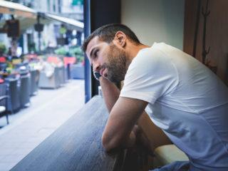 ein imaginärer Mann, der hinter einem Schlitten sitzt