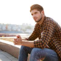 ein imaginärer mann, der auf der treppe sitzt